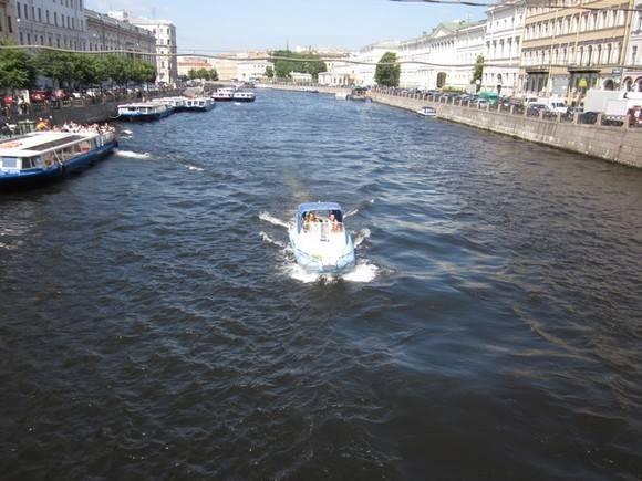 Катер врезался вБольшеохтинский мост: два человека пострадали