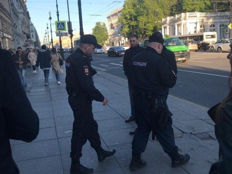 На Малой Садовой полиция интересуется пикетчиком с украинским флагом (