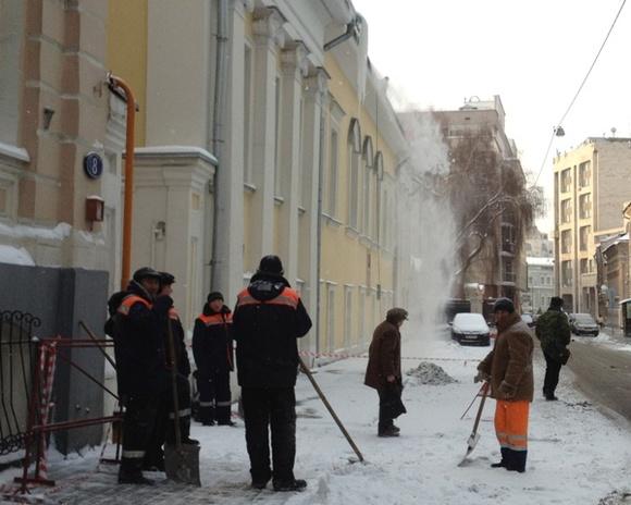 Москвичи, раздраженные ночной уборкой снега, обстреливают коммунальщиков ибросают вних яйца