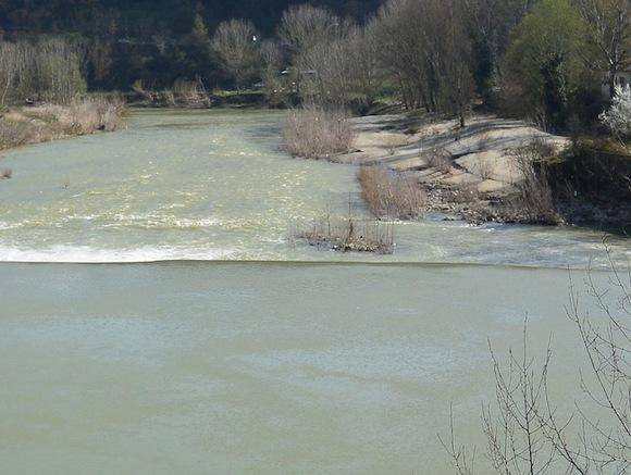 Обрушение моста вИндии: неменее  20 человек были унесены речным потоком
