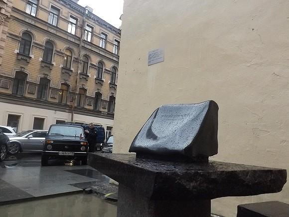 Скульптура Довлатова вернулась наРубинштейна