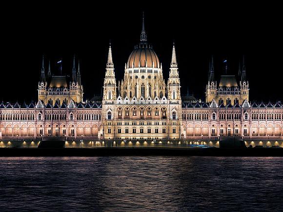 Власти Венгрии направили на охрану рождественских ярмарок советские БТРы