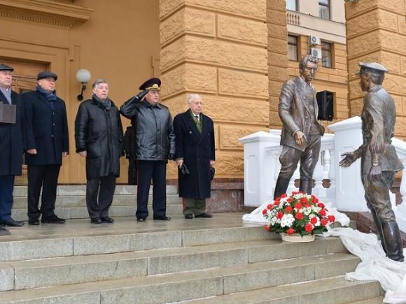 НаПетровке вМоскве открыли памятник Жеглову иШарапову