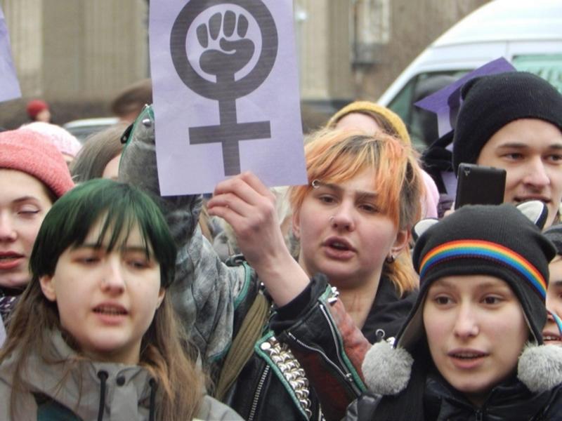 Девушка обслуживает толпу мужчин фото картинки фото 794-239