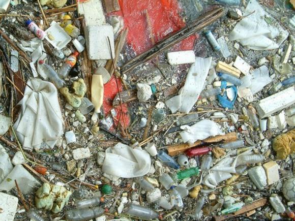 Очевидец: В Петроградском районе мусор сбрасывают на неогороженную пешеходную дорогу