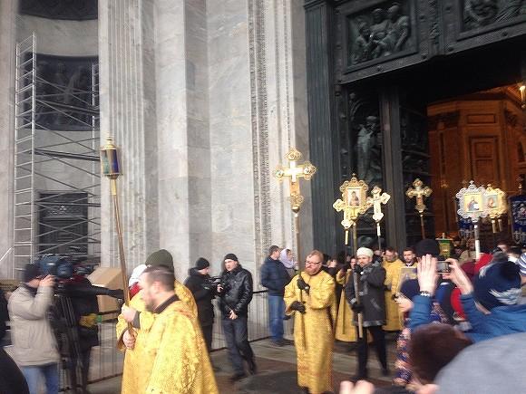 Шеститысячный крестный ход прошел уИсаакиевского храма Петербурга