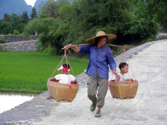 Китаянка родила девочек-близнецов спустя шесть дней после рождения сына