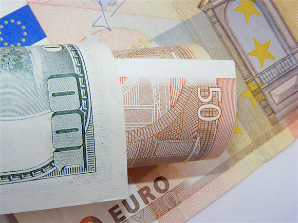 Официальный курс доллара чуть повышен, евро немного потерял