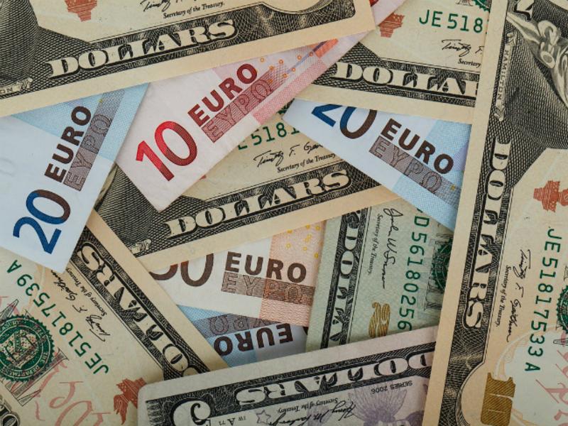 Аналитик: Доллар и евро сохранят устойчивость, если обойдется «без стр