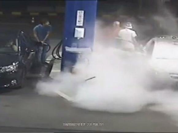 НаАЗС заправщик залил пеной решившего покурить водителя