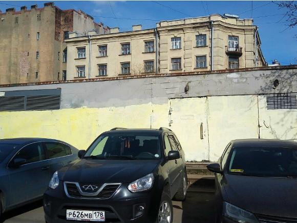 Всквере Виктора Цоя закрасили граффити спортретом музыканта