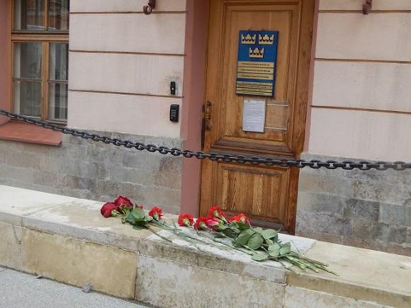 Граждане Петербурга несут цветы кшведскому консульству