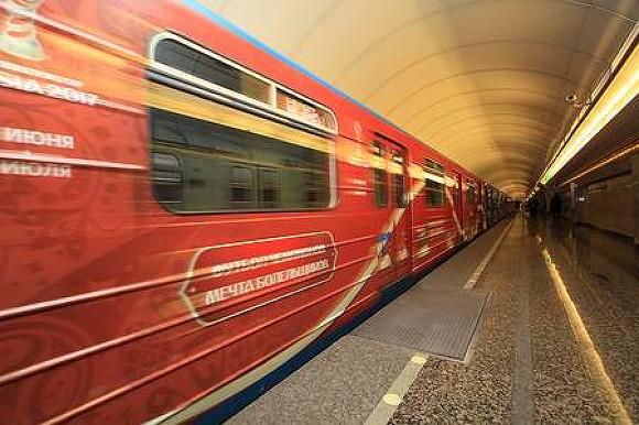 Вметро Петербурга начал ходить поезд ссимволикой Кубка конфедераций