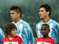 Фото «Marcos Rojo (L), Nicolás Burdisso (M), Angel di Maria (R) – Portugal vs. Argentina, 9th February 2011» участника Fanny Schertzer - собственная работа. Под лицензией CC BY 3.0 с сайта Викисклада