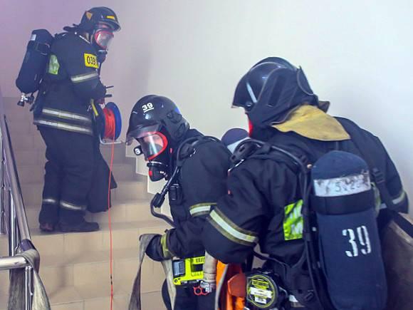 К тушению пожара на складе покрышек в Москве привлекли второй пожарный поезд
