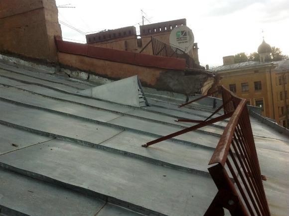 В Краснодаре на 7-месячного ребенка с крыши сбросили металлическую трубу