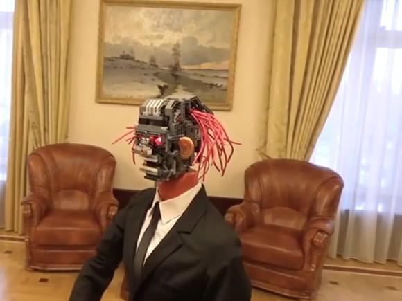Губернатор Ленобласти сообщил проект бюджета при помощи робота срозовыми проводами-волосами