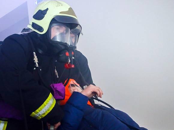 Пожарные спасли 5 человек изгорящей квартиры вСтрогино