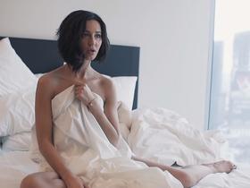 Стоп-кадр из клипа «Привыкаю»