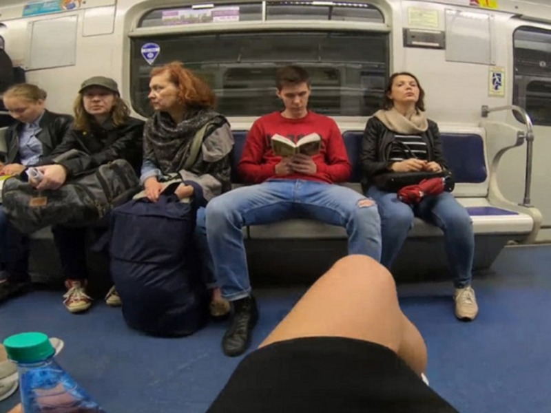фото под юбкой в метро