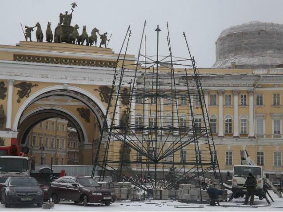 НаДворцовой площади вПетербурге начали установку Новогодней елки