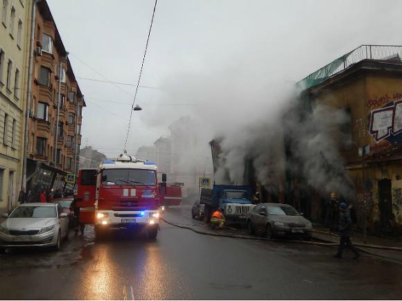 5 пожарных расчетов гасят горящий дом вцентре города