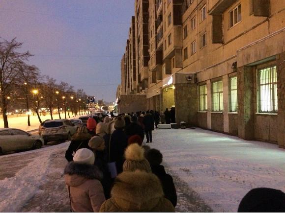 ВПетербурге очереди уМФЦ начали собираться сполуночи