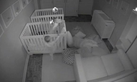Видео дерущихся подушками близнецов набрало 12 млн просмотров