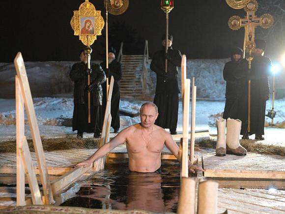 Путин вваленках итулупе решил традиционно обозначить Крещение