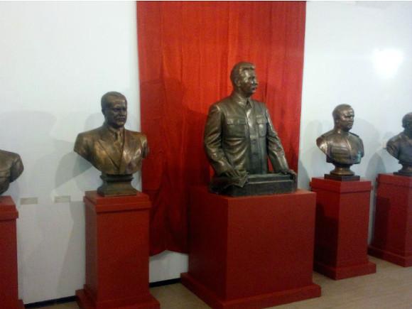 Накрейсере «Аврора» открылась «Выставка замурованных вождей»