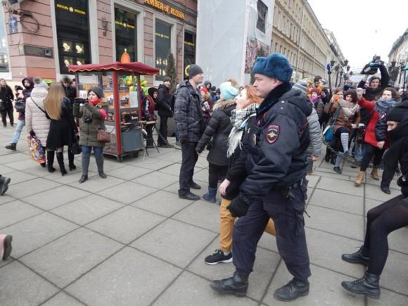 ВПетерербурге феминистки прошли торжественным маршем исели
