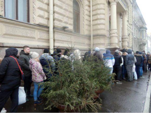 Перед Дворцом бракосочетаний вПетербурге выстроилась очередь изсотен человек