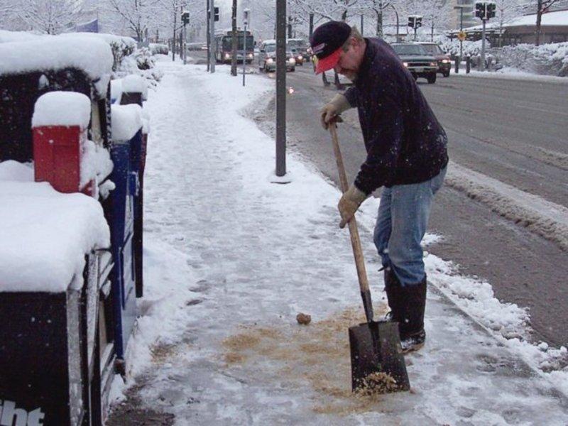 Более 4 тысяч петербуржцев получили за зиму травмы из-за гололеда и па