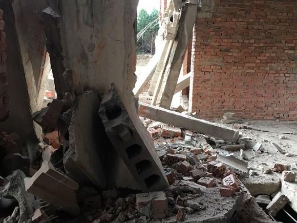 В столице обрушилась стена нежилой пятиэтажки, под завалами могут быть люди