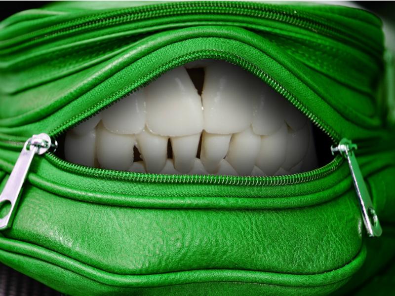 Медики узнали, чем опасна чистка зубной нитью