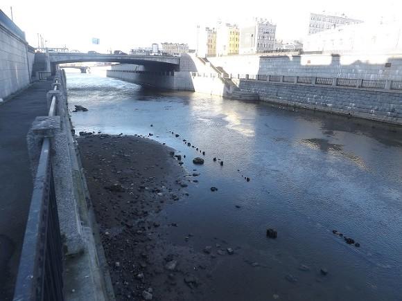 Свидетели: Нева иканалы Петербурга безумно обмельчали из-за отлива