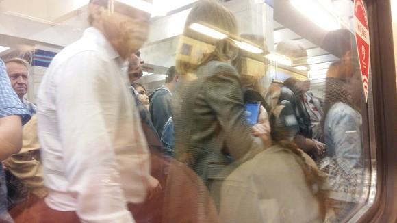 Поезда на красной линии метро встали из-за падения женщины на рельсы