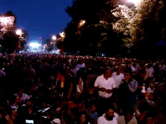 Участники антироссийского митинга вЕреване попытались пройти крезиденции президента