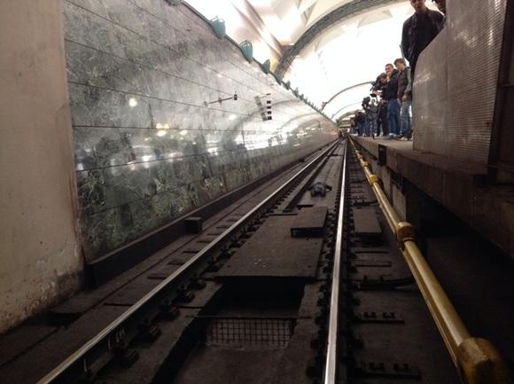 есть ли напряжение на рельсах метро