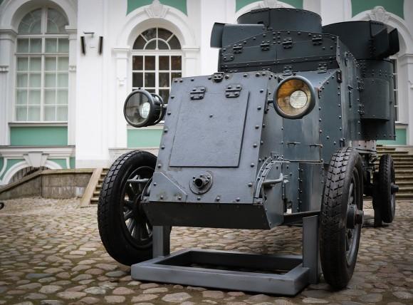Водворе Эрмитажа установили броневик «Враг капитала»