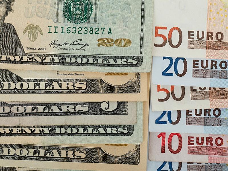 Официальные курсы доллара и евро слегка повышены