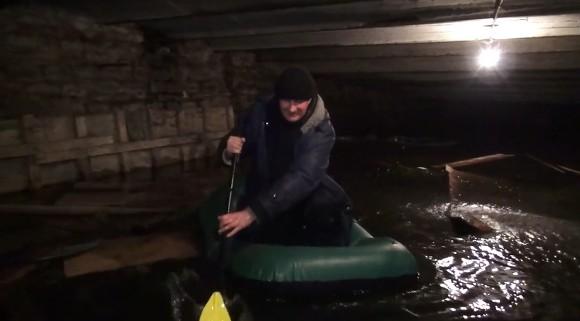 Граждане дома наСоветской проплыли нанадувной лодке позатопленному подвалу