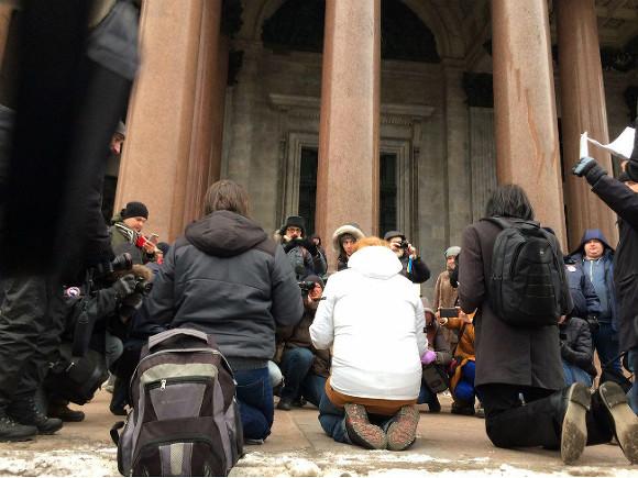 Петербуржцы собрались около Исаакиевского храма взнак протеста против передачи его РПЦ