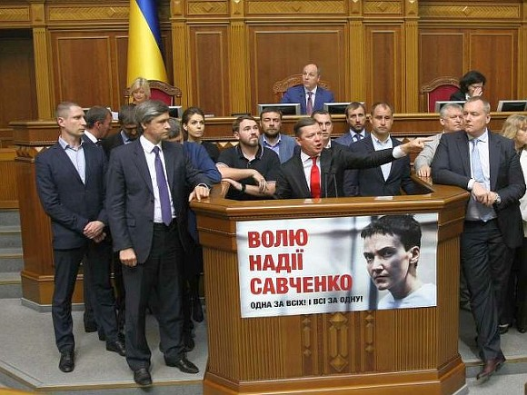 «Явернулась!»: Савченко спела вВерховной раде гимн Украины