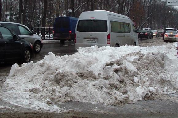 Снегопад серьезно осложнил движение транспорта в Москве