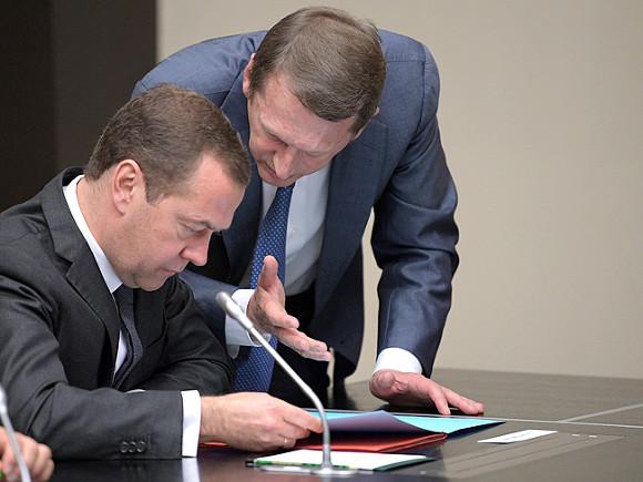 Д. Медведев поведал оповышении пенсий изарплат