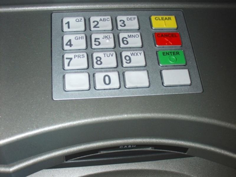 В Уфе банкомат выдал клиентке обгоревшие купюры