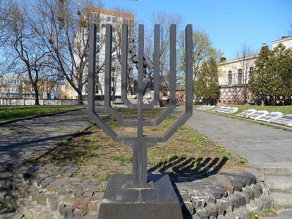 Неонацисты разрисовали стелу наПлощади синагог воЛьвове