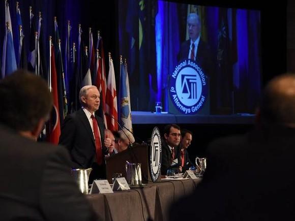 Лидер демократов всенате США призвал Сешнса уйти вотставку