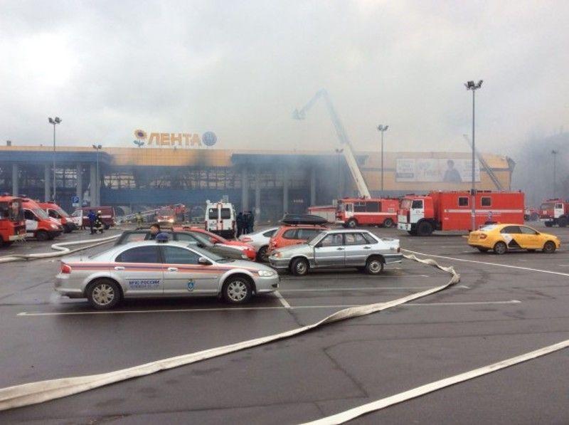 МЧС: Работник «Ленты» повредил позвоночник, спрыгнув со стеллажа при пожаре